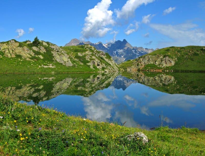 Lago reflexivo, d'Huez de Alpe fotos de stock royalty free