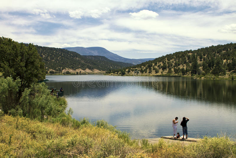 Lago reservoir en las montañas blancas de Arizona foto de archivo