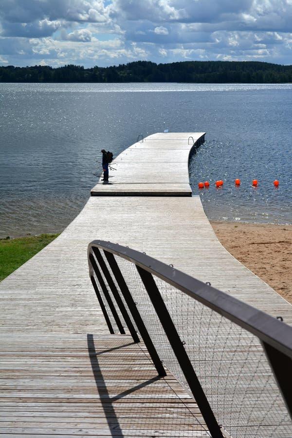 Lago resort no verão com ponte de madeira foto de stock