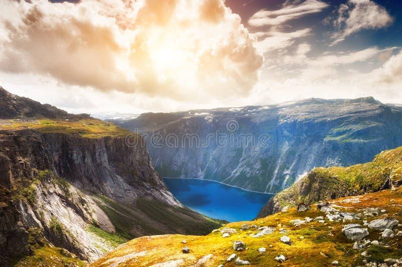 Lago Ringedalsvatnet cerca de la se?al de Trolltunga en Noruega foto de archivo