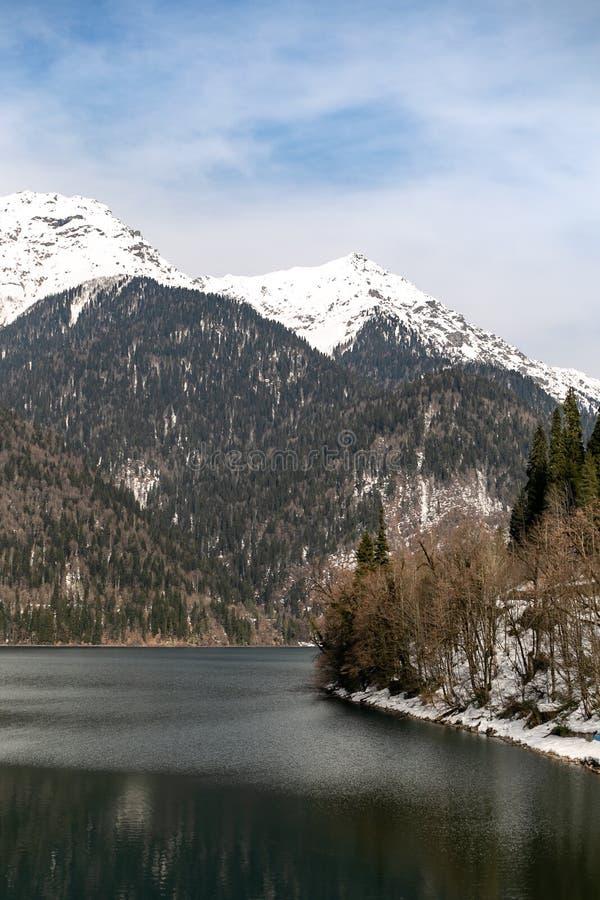 Lago Ritsa en Abjasia en primavera Los tops de la montaña se cubren con nieve El principio de la estaci?n tur?stica imágenes de archivo libres de regalías