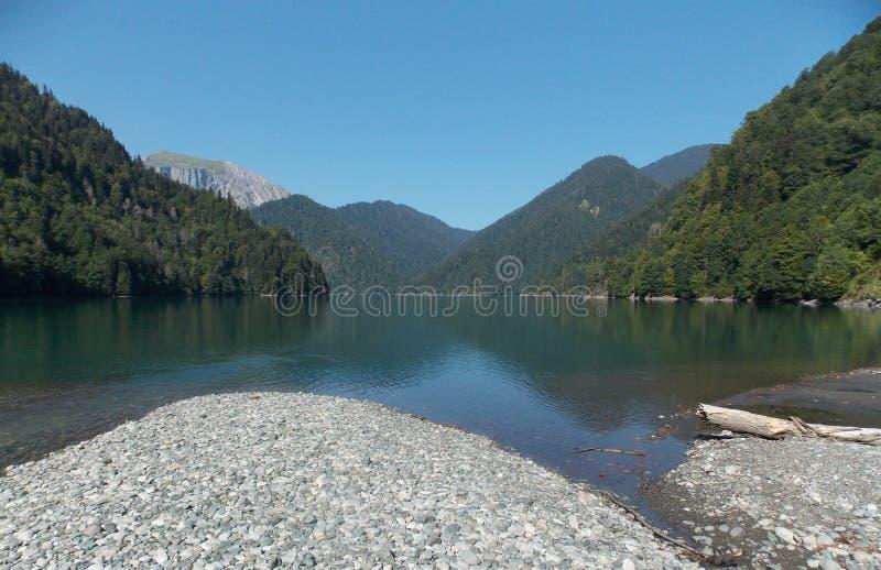 Lago Ritsa en las montañas de Abjasia imagen de archivo