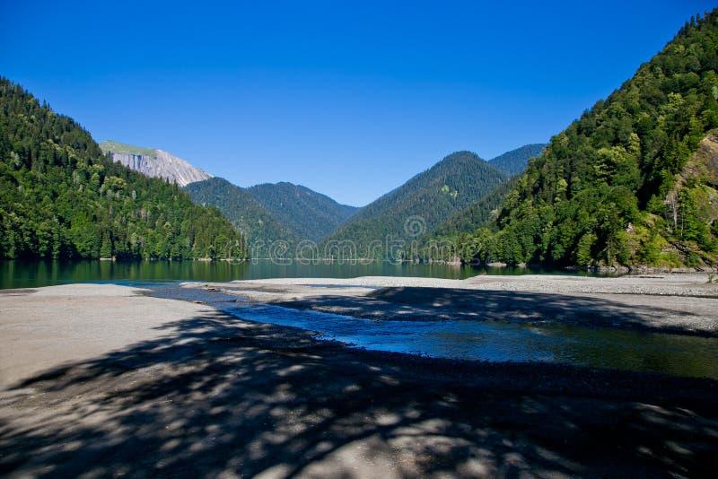 Lago Ritsa highland y montañas por la mañana, Abjasia imagenes de archivo