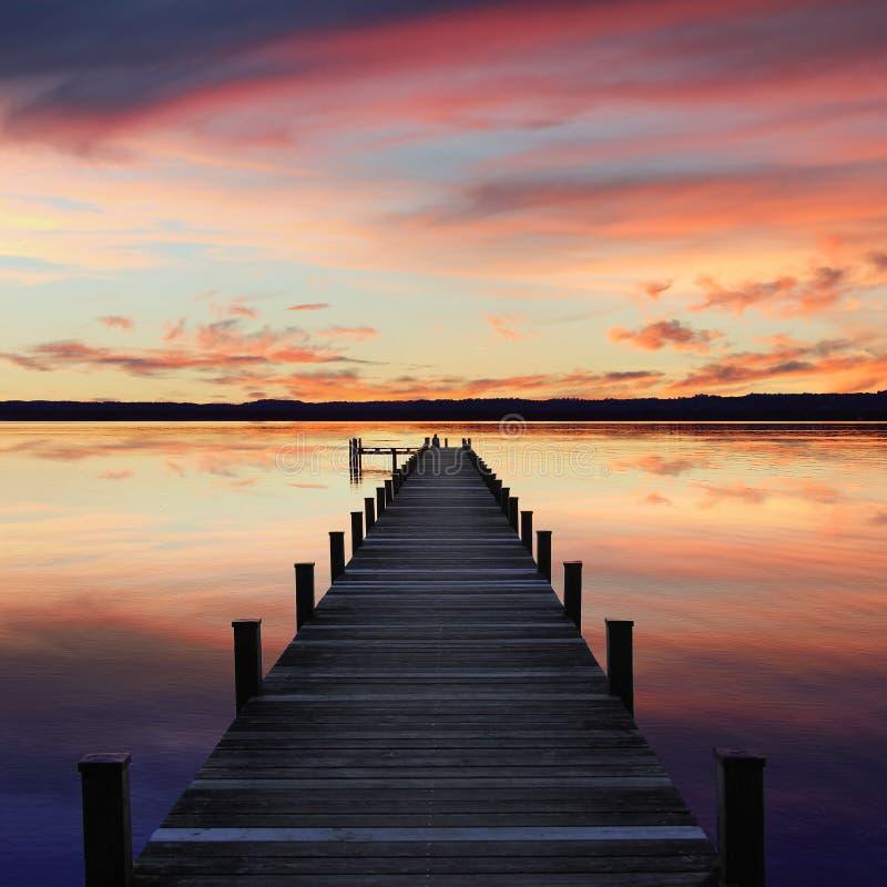 Lago romántico del starnberg del paisaje, en la puesta del sol imagen de archivo libre de regalías