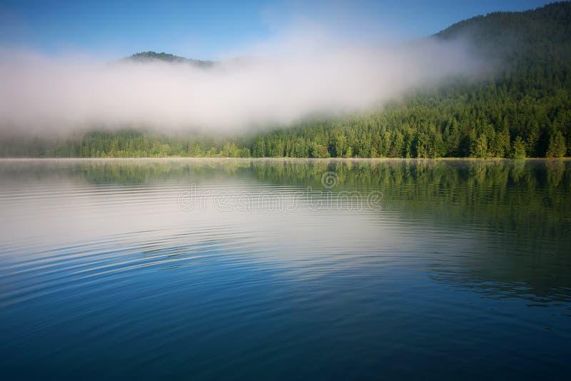 Lago saint Anna em uma cratera vulcânica na Transilvânia fotografia de stock royalty free