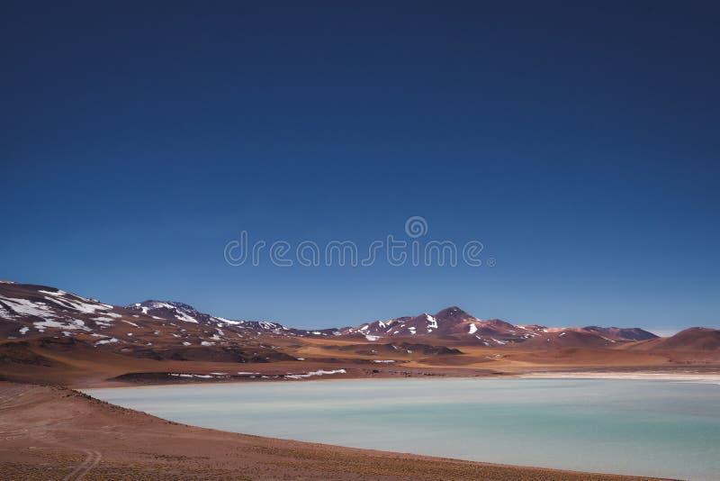Lago salado en paisaje del desierto con las montañas imagen de archivo libre de regalías