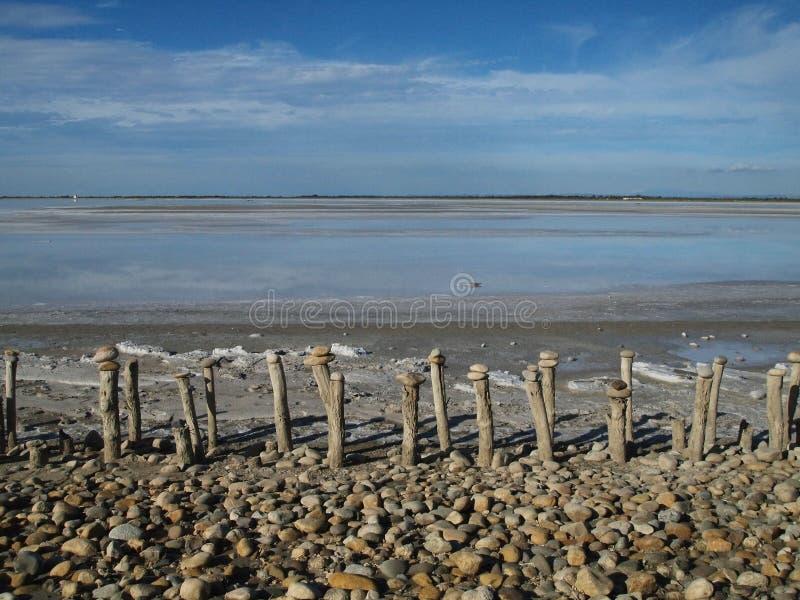 Lago salt com as colunas no primeiro plano fotos de stock