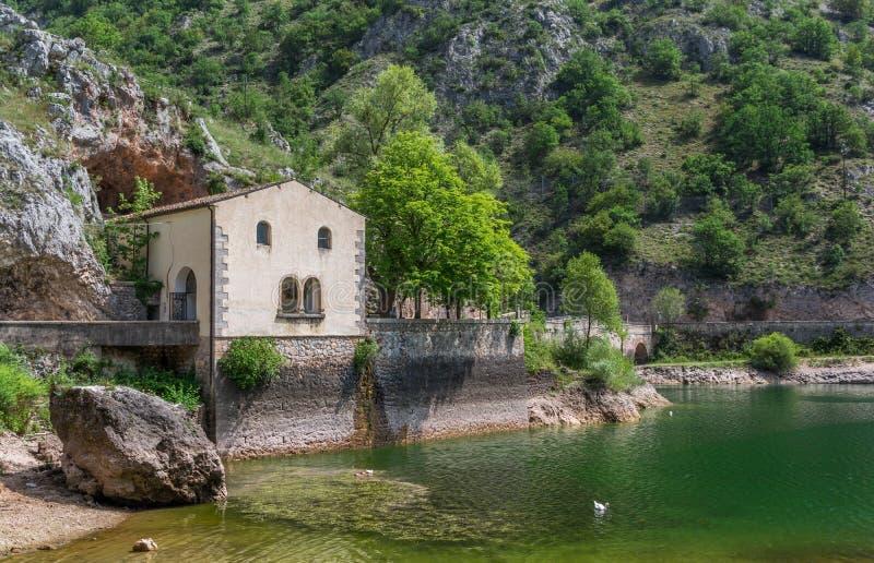 Lago san Domingo, cerca del pueblo de Villalago, Abruzos, Italia central fotos de archivo