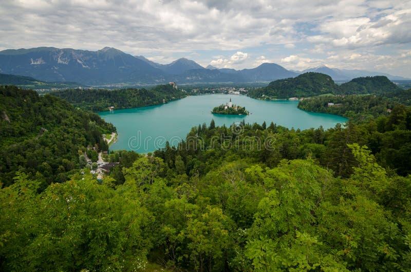 Lago sangrado com a igreja do St Marys da suposição na ilha pequena Sangrado, Slovenia, Europa fotos de stock