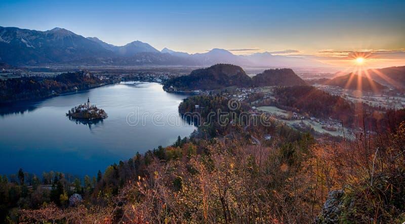 Lago sangrado e a igreja em Eslov?nia imagens de stock