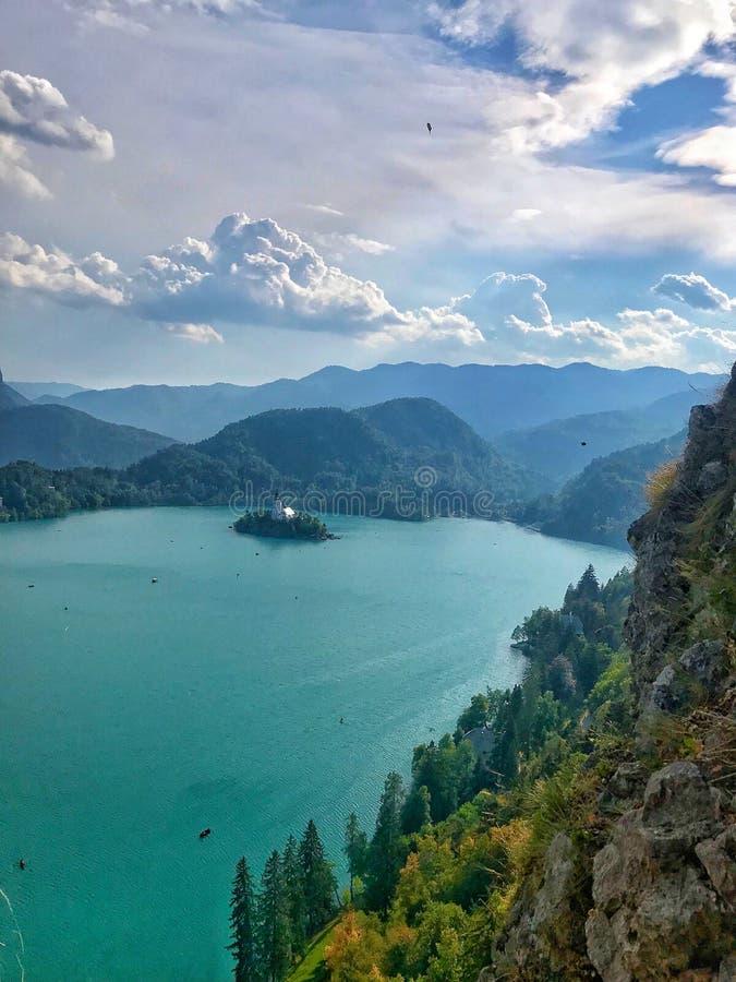 Lago sangrado en Eslovenia Lago y cielo azules fotografía de archivo libre de regalías