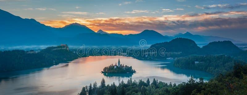 Lago sangrado no nascer do sol, Eslovênia - panorama fotografia de stock royalty free