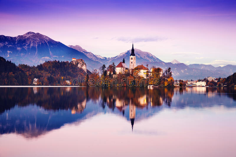 Lago sangrado que sorprende en puesta del sol, Eslovenia, Europa fotografía de archivo libre de regalías
