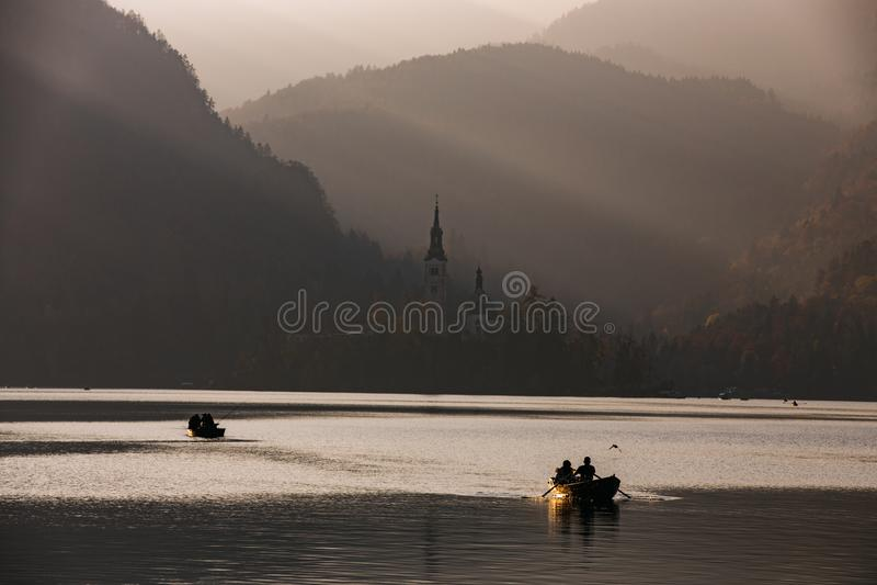 Lago sanguinato nel tramonto con la barca immagine stock libera da diritti