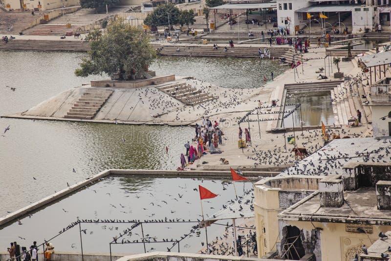 Lago Santo na cidade de Pushkar imagens de stock