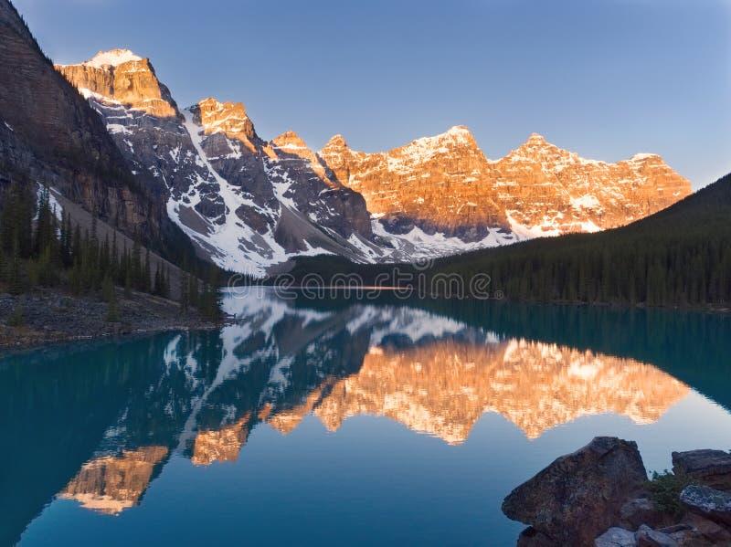 Lago sbalorditivo moraine di mattina immagine stock