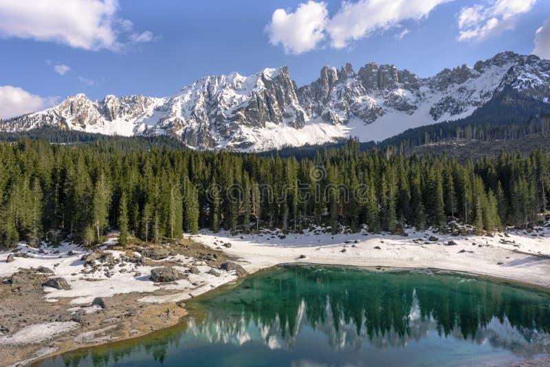 Lago scenico Carezza ital Lago di Carezza - il lago delle dolomia, Italia fairytale fotografia stock libera da diritti
