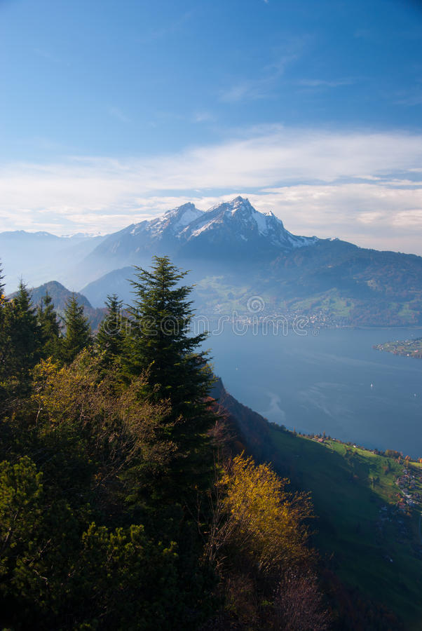 Lago scenico della montagna immagine stock libera da diritti