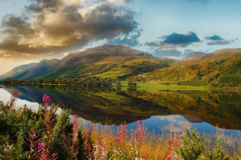 Lago scenico epico negli altopiani scozzesi Bello paesaggio immagine stock libera da diritti