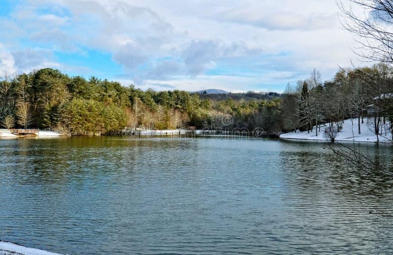 Lago scenico in inverno immagine stock