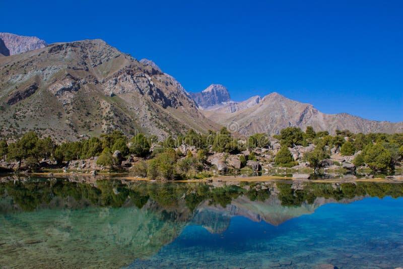 Lago scenico Kulikalon in montagne del fan in Pamir, Tagikistan fotografia stock libera da diritti