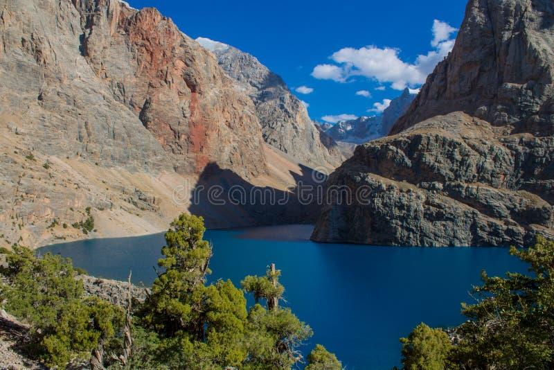 Lago scenico in montagne del fan in Pamir, Tagikistan fotografie stock libere da diritti