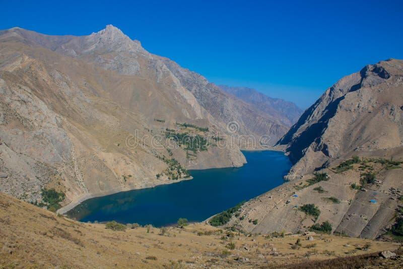 Lago scenico in montagne del fan in Pamir, Tagikistan fotografia stock