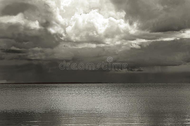 Lago scuro e drammatico HDR immagini stock