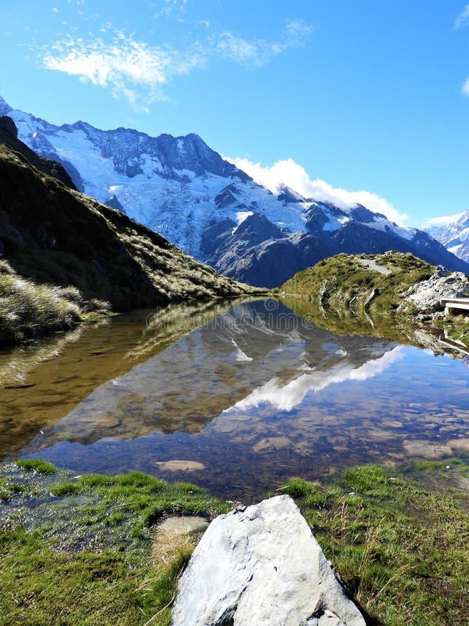 Lago Sealy Tarn na rota da cabana de Mueller, cozinheiro National Park reflection da montagem foto de stock royalty free
