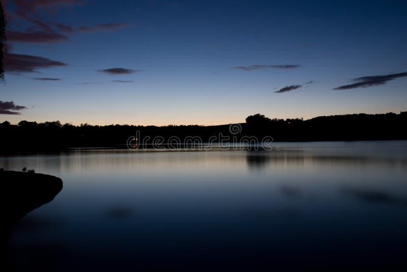 Lago sereno e riflettente fotografie stock libere da diritti