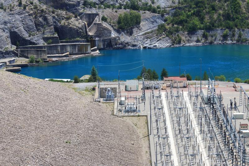 Lago Serre-Poncon, central elétrica, Hautes-Alpes, França fotografia de stock royalty free