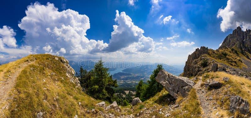 Lago Serre-Poncon en verano del Chabriere Needle Aiguilles de Chabrieres Hautes-Alpes, montañas, Francia imagenes de archivo