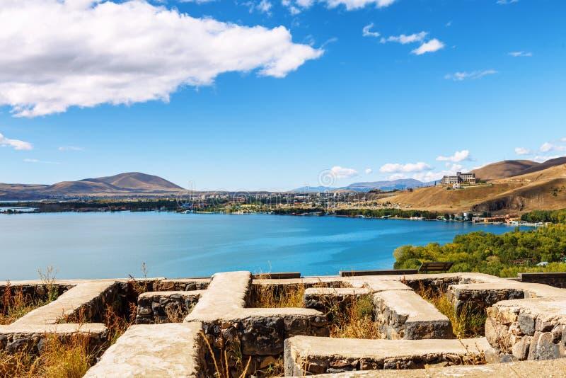 Lago Sevan e céu azul em um dia ensolarado, Armênia das nuvens do branco imagem de stock