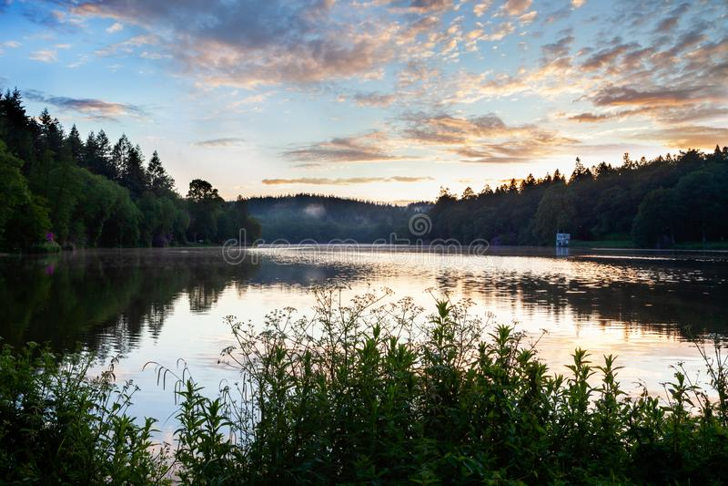 Lago Shearwater, Wiltshire em uma noite fresca dos verões com uma névoa através do lago fotos de stock royalty free