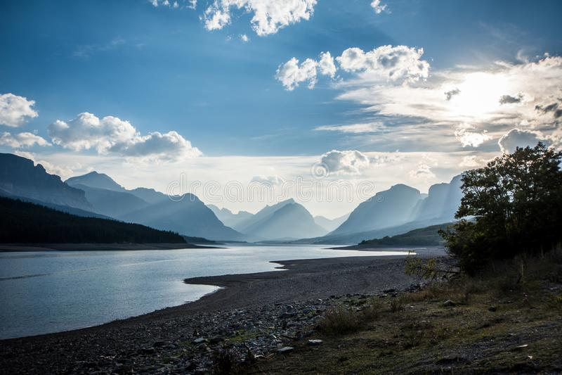 Lago Sherburne cerca de muchos glaciar del Parque Nacional Glacier en un día de verano nebuloso imagenes de archivo
