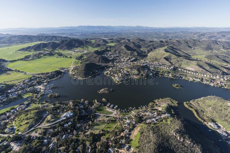 Lago Sherwood y valle ocultado en Thousand Oaks California fotografía de archivo
