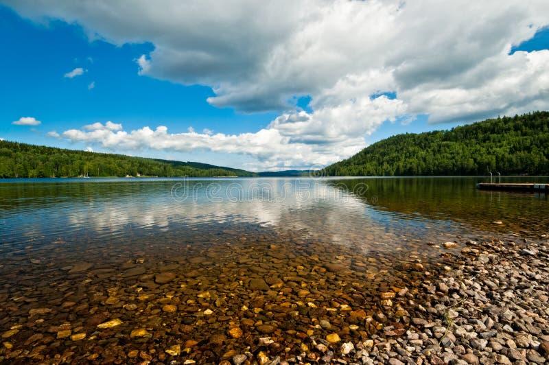 Lago silencioso en Suecia fotos de archivo
