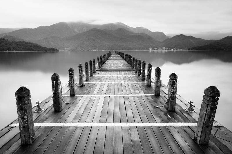 Lago sin fin de la niebla imagen de archivo libre de regalías