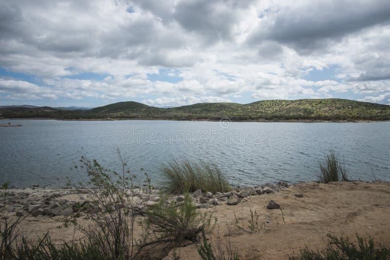 Lago Skinner Reservoir Recreation Area en un día nublado en Temecula, el condado de Riverside, California fotografía de archivo libre de regalías