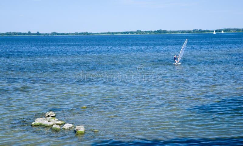 Lago Sniardwy con las rocas en primero plano foto de archivo libre de regalías