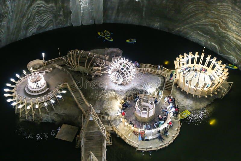 Lago sotterraneo nel museo di Salina Turda della miniera di sale in Romania immagine stock