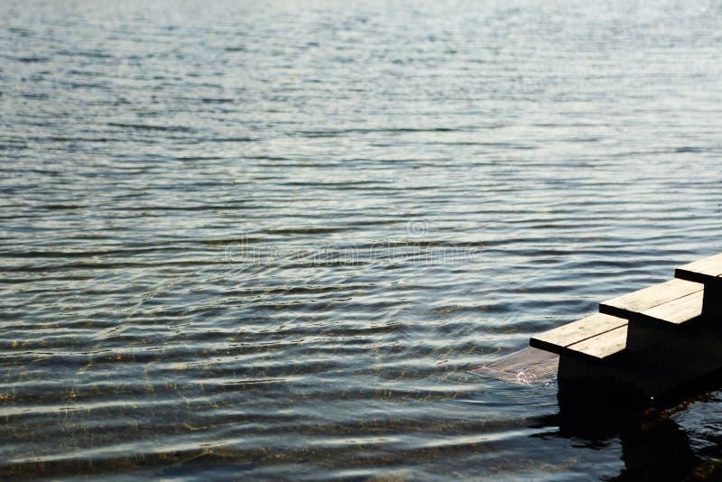 Lago spring con hielo y agua abierta fotos de archivo