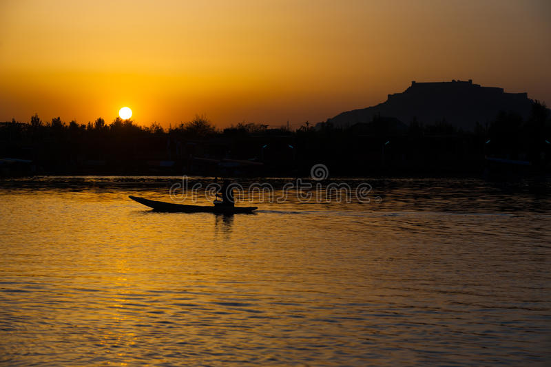 Lago Srinagar Kashmir India Dal do por do sol do forte do barco imagem de stock royalty free