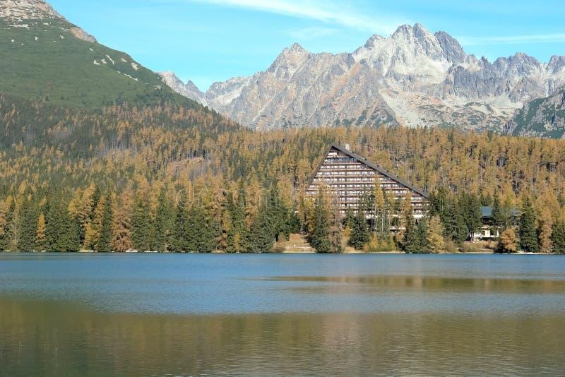 Lago Strbske Pleso e paisagem da montanha no outono na elevação foto de stock royalty free