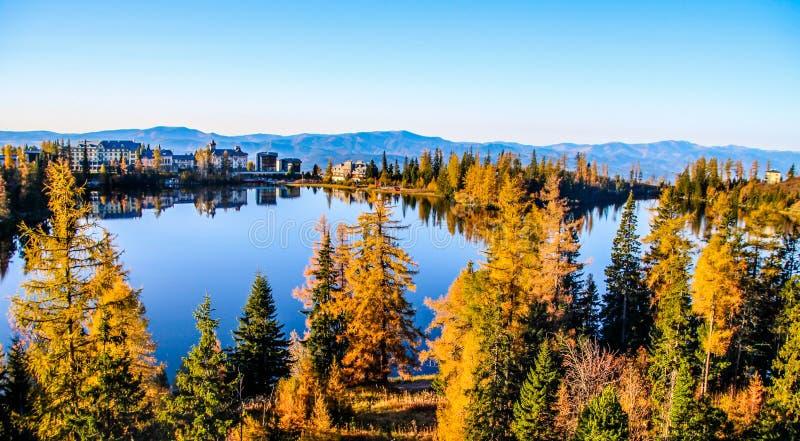 Lago strbske pleso Strbske en el alto parque nacional de Tatras, Eslovaquia del norte imagen de archivo libre de regalías