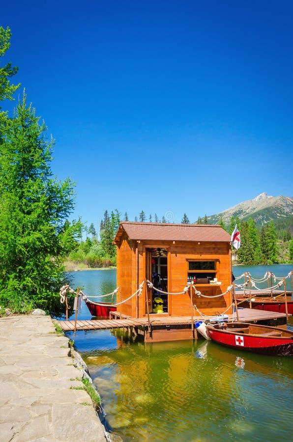 Lago Strbske Pleso mountain e barcos vermelhos Eslováquia imagens de stock royalty free