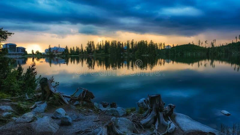 Lago Strbske Pleso mountain en Eslovaquia imágenes de archivo libres de regalías