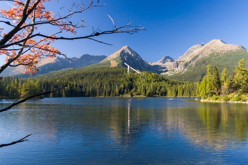 Lago Strbske Pleso na montanha alta de Tatras, Eslováquia fotografia de stock royalty free