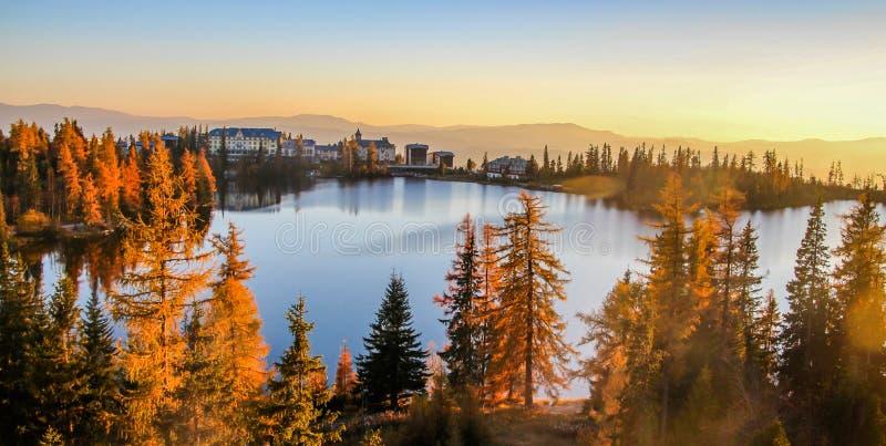 Lago strbske pleso Strbske nell'alto parco nazionale di Tatras, Slovacchia del nord immagine stock