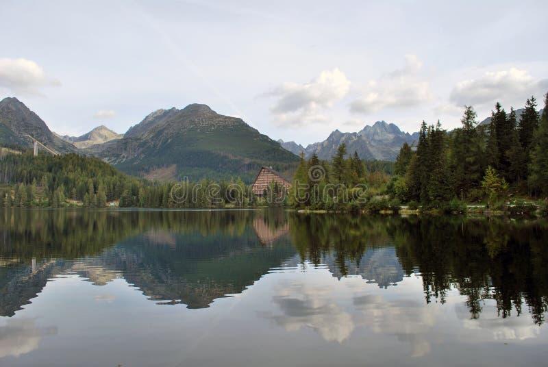 Lago Strbske Pleso nell'alto Tatras fotografie stock libere da diritti
